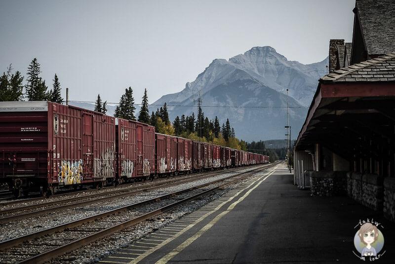 Ein langer Zug im Bahnhof von Banff, Kanada