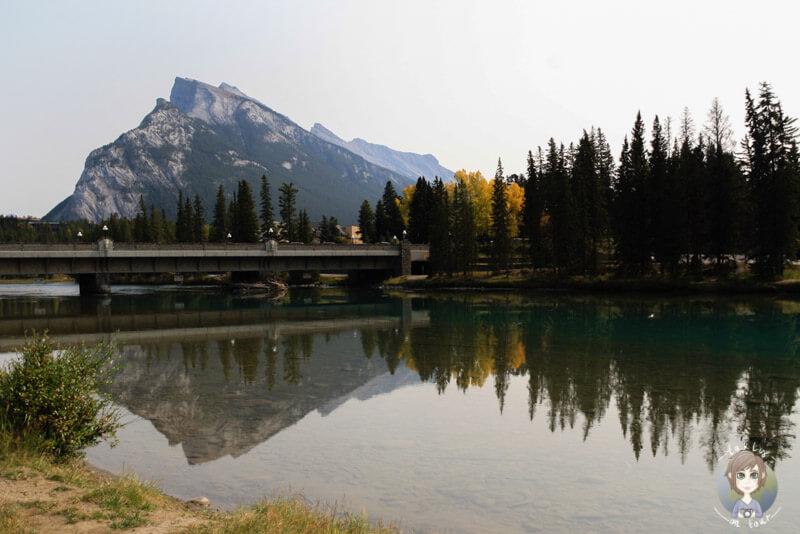 Ein Spaziergang entlang des Bow River, Banff, Kanada