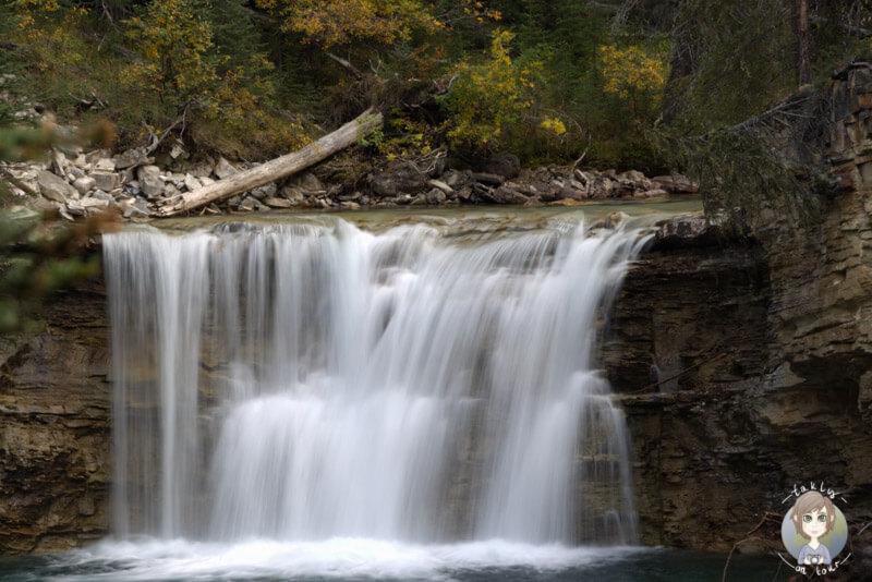 Ein kleiner Wasserfall im Johnston Canyon, Alberta, Kanada