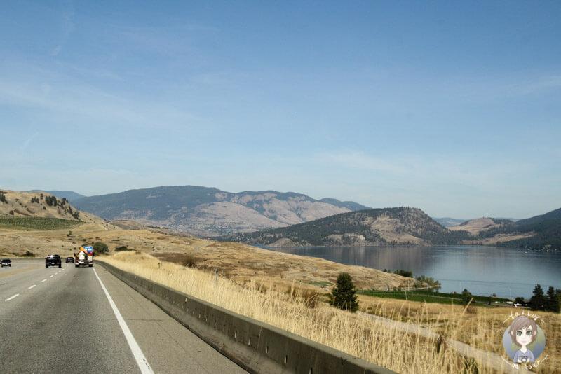 Fahrt nach Vernon entlang des Kalamalka Lake, BC, Kanada