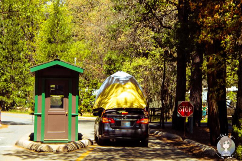 Auto mit einem Zelt auf dem Dach