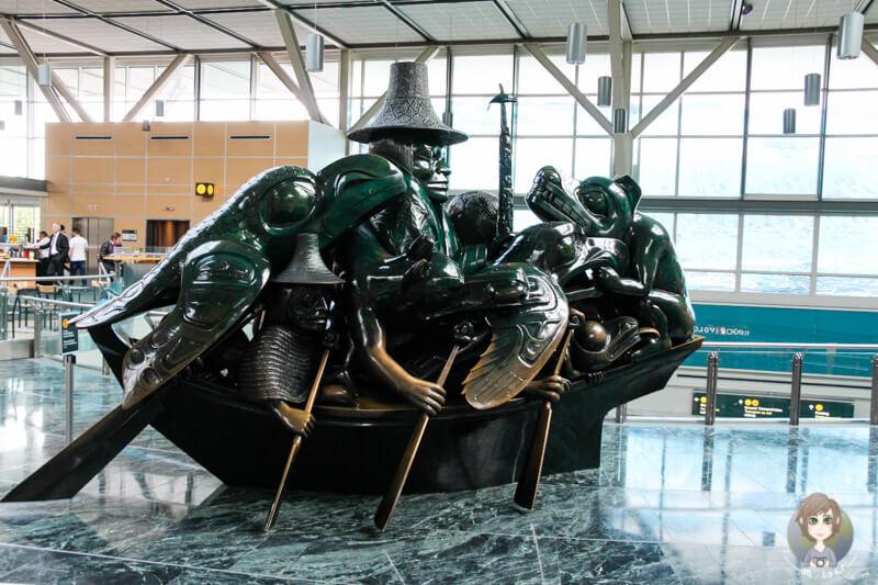 Statuen im Flughafen von Vancouver