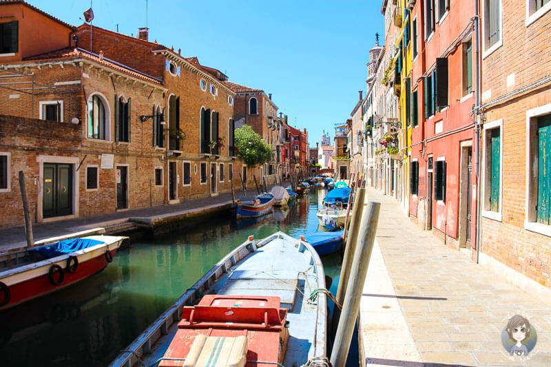 Boote in einem Kanal auf unserem Tagesausflug Venedig