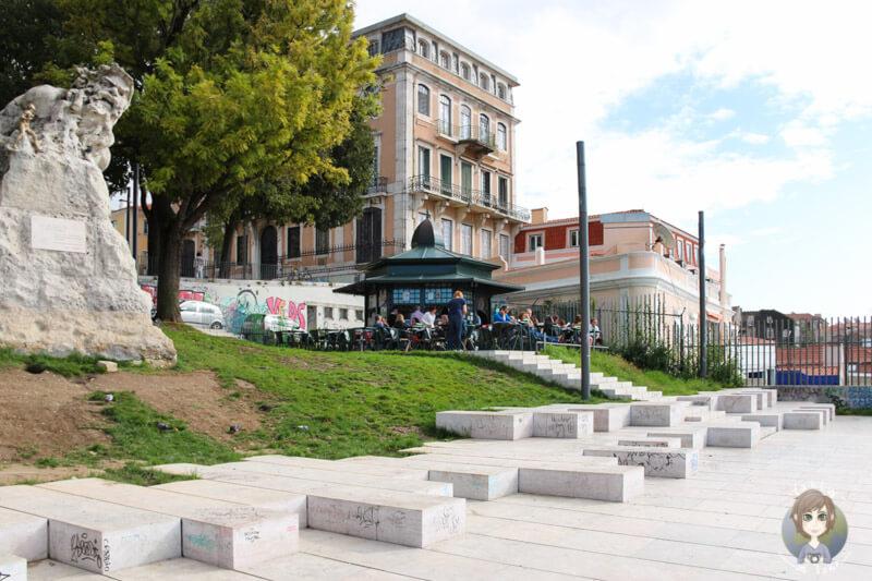 Ein Café am Aussichtspunkt Santa Catarina in Lissabon
