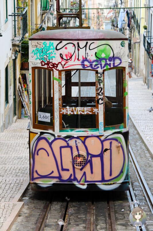 Der kunterbunt besprühte Elevator da Bica in Lissabon