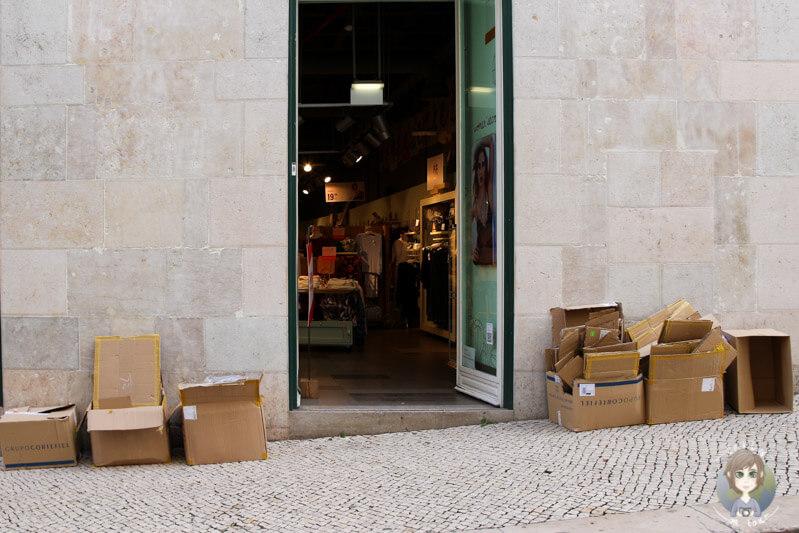Kartons vor den Geschäften in der Innenstadt in Lissabon