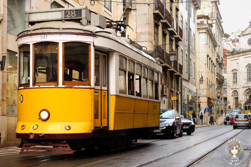 Eine gelbe Tram in Lissabon ist Teil unseres Kurztrip Lissabon