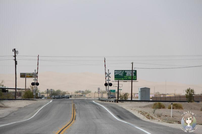 Bahnübergang bei Sandsturm