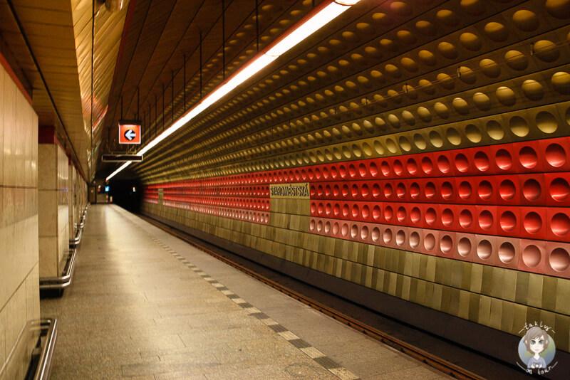 Blick in eine schoen gestaltete Metro Station in Prag