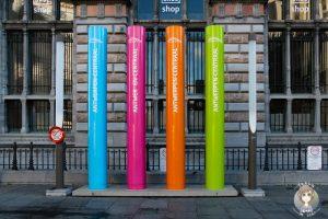 Bunte Säulen vor dem Hauptbahnhof Antwerpen