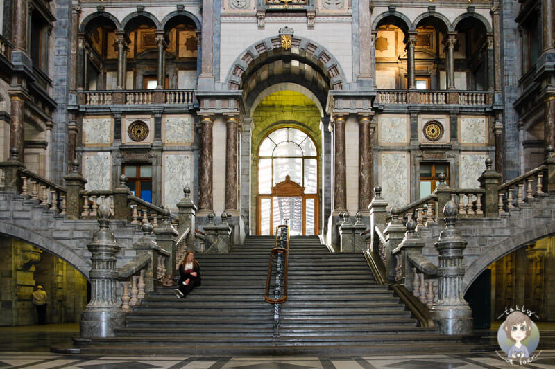 Eine wunderschöne Treppe in der Main Station Antwerpen, Belgien