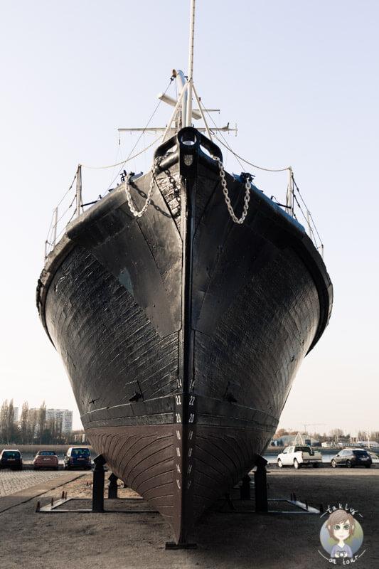ein-trockeengelegtes-schiff-am-jordaenskaai-in-antwerpen