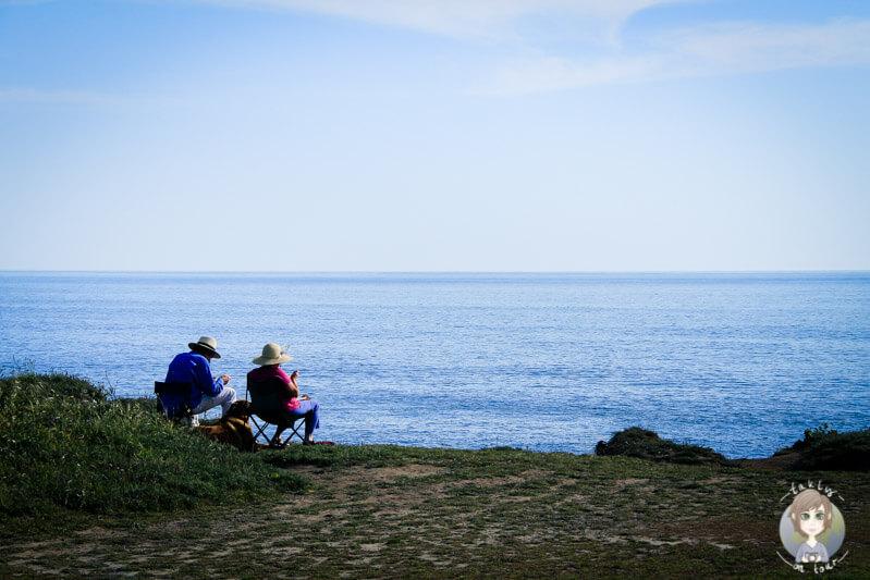 Zwei Personen in Mendocino am Meer