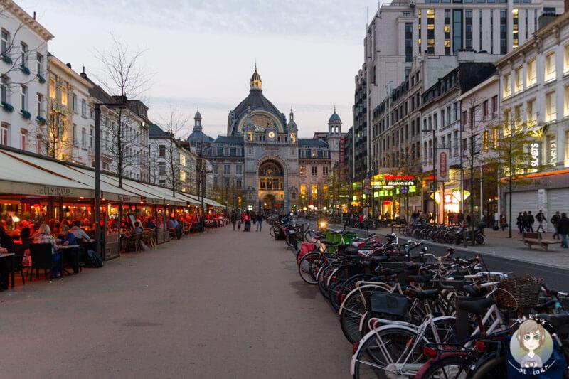 Restaurants und Bars vor dem Hauptbahnhof Antwerpen