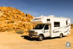 Ein Camper auf einem Campingplatz in Amerika Gruende sowie Vorteile und Nachteile fuer eine Reise mit dem Wohnmobil