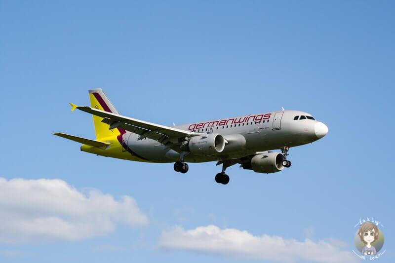 Flugzeug im Landeanflug Flugzeuge beobachten am Flughafen Koeln Bonn
