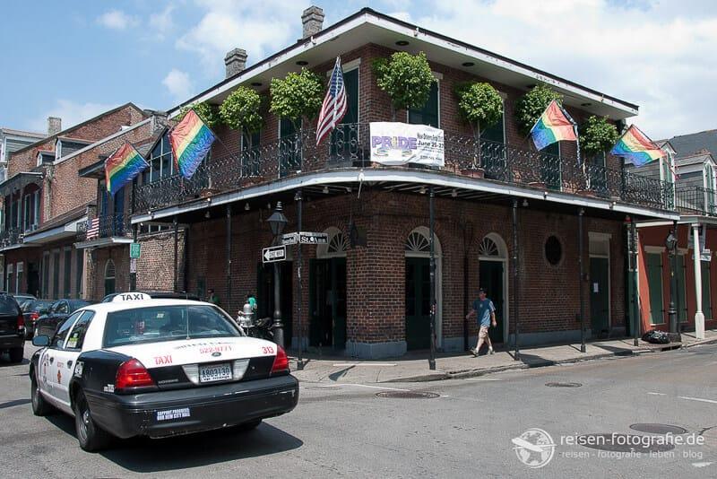 Typisches Strassenbild von New Orleans Polizeiauto vor einem typischen Haus USA