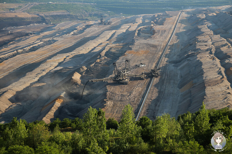 Blick auf einen Absetzer im Tagebau Hambach von der Aussichtsplattform aus