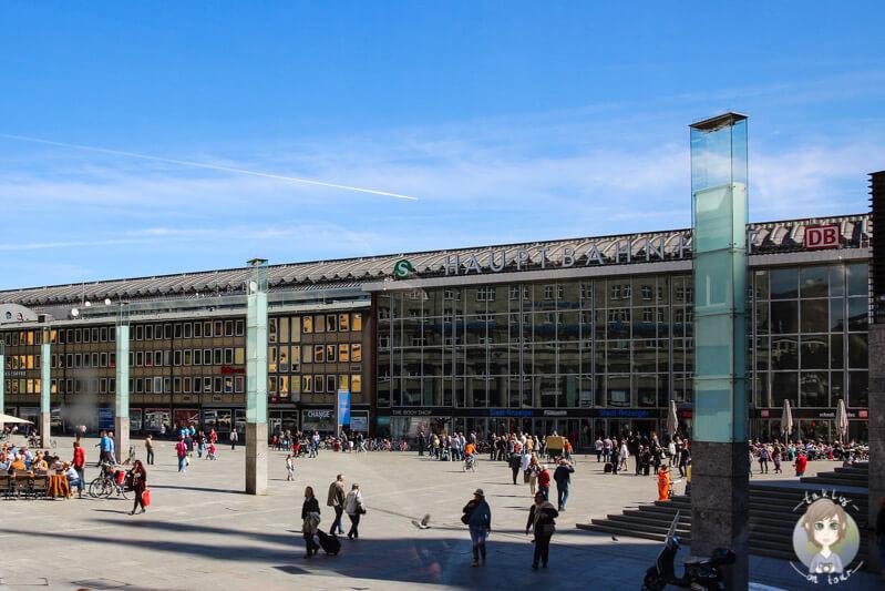 Der Vorplatz vom Hauptbahnhof auf Stadtrundfahrt in Koeln