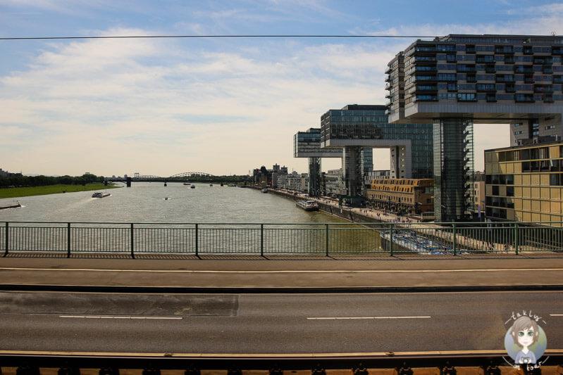 Blick auf die Kranhäuser in Köln von der Deutzer Brücke