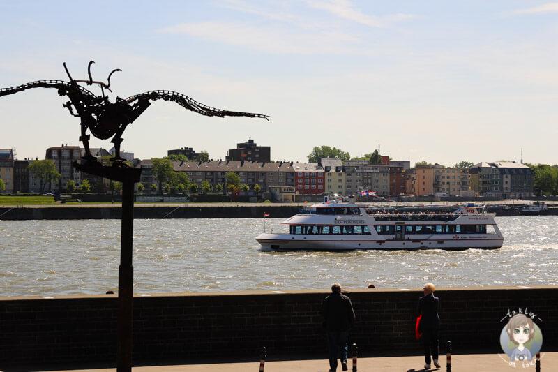 Blick auf den Rhein auf einer Stadtrundfahrt in Koeln