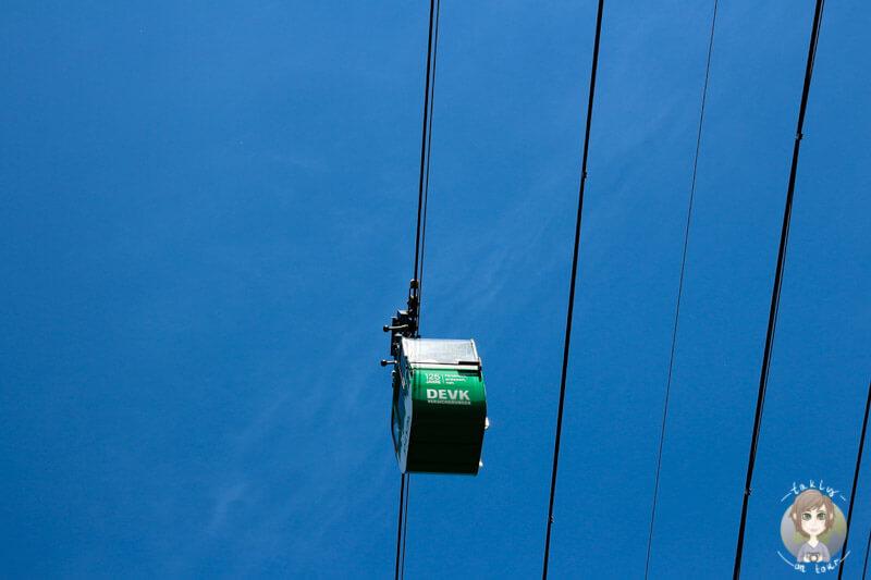 Blick auf eine Gondel der Seilbahn aus einer Stadtrundfahrt in Koeln