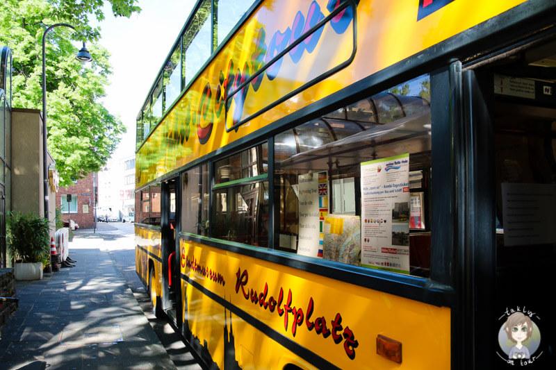 Ein gelber Bus einer Stadtrundfahrt in Koeln
