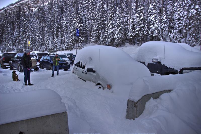 Eingeschneite Autos im Winter in Kanada