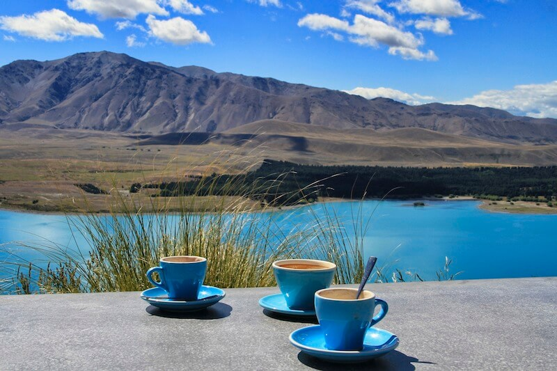 Cappuccino Tassen an einem See in Neuseeland Reisetipps von Globusliebe