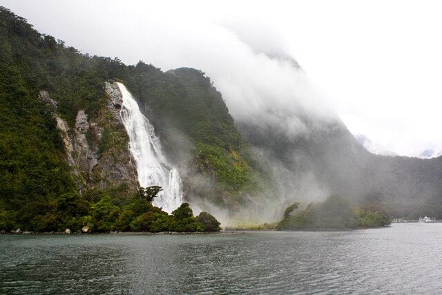 Ein Wasserfalls im Milford Sound Neuseeland Reisetipps von Wolkenweit