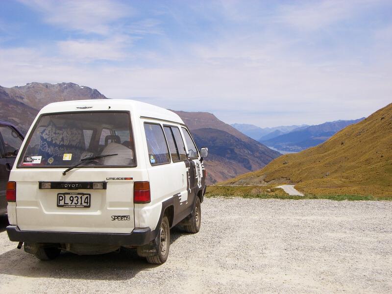 Ein Van auf einem Berg in Neuseeland auf einem Roadtrip Neuseeland Reisetipps von Mandy