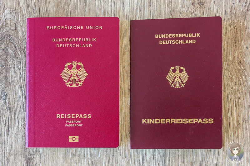 Links Reisepass fuer Erwachsene und rechts Kinderreisepass