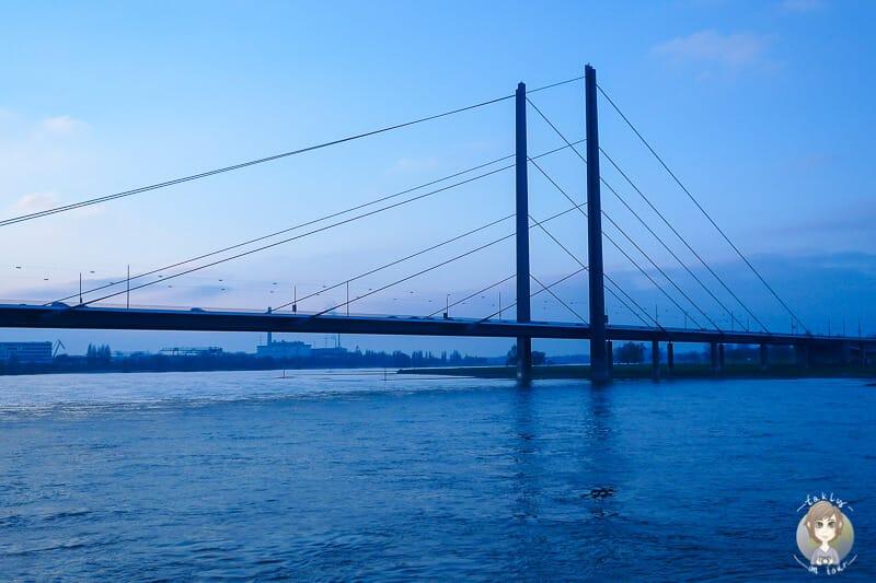 Blick auf die Rheinkniebrücke nach Sonnenuntergang am Rheinufer Düsseldorf