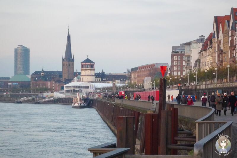Weiter Blick über das Rheinufer in Duesseldorf