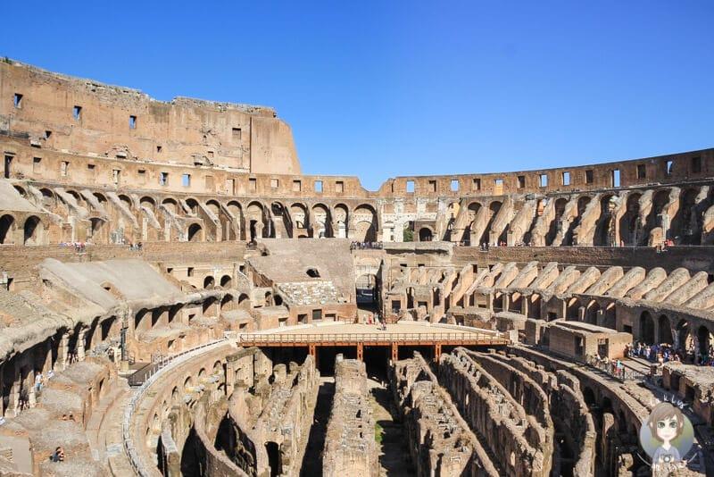 Blick auf das beeindruckende Kolosseum eines der Rom Sehenswürdigkeiten