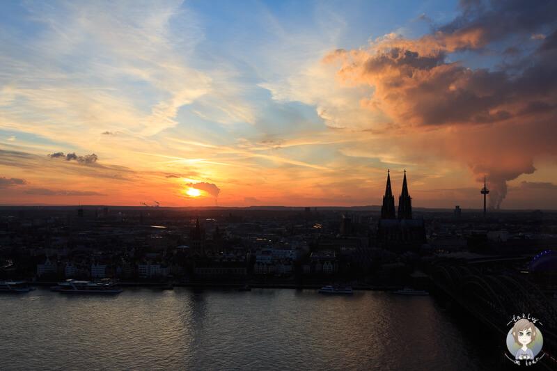 Blick auf den Sonnenuntergang von der Aussichtsplattform Koeln