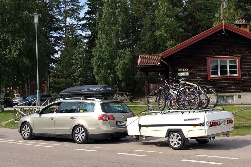 Ein Auto mit einem Zeltanhaenger und Fahrraedern Unterwegs mit einem Faltcaravan