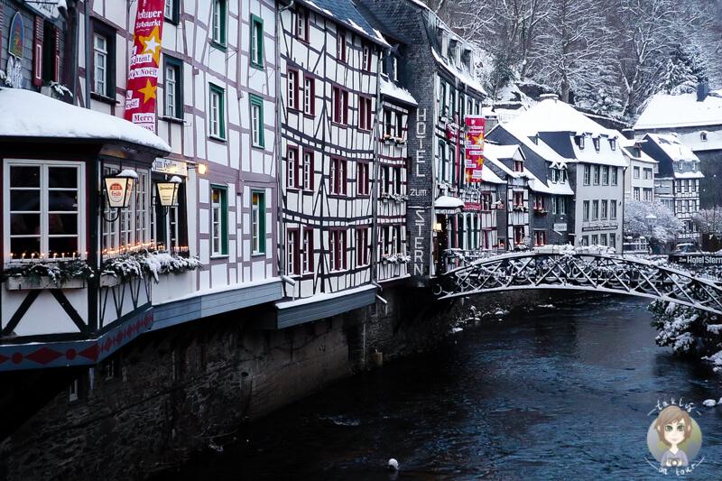Malerische Fachwerkhaeuser in der Altstadt von Monschau Eifel