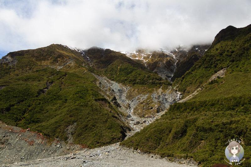 Hänge mit Wasserfällen am Fox Glacier
