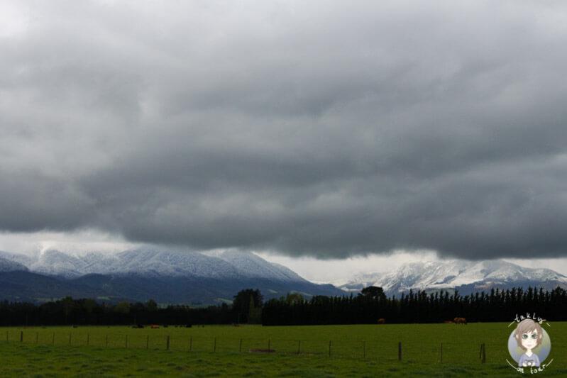 Die Berge sind im Regen nur schemenhaft zu erkennen