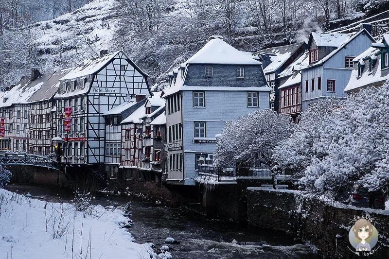 Blick auf malerische Haeuser in Monschau Eifel ein tolles Ausflugsziel