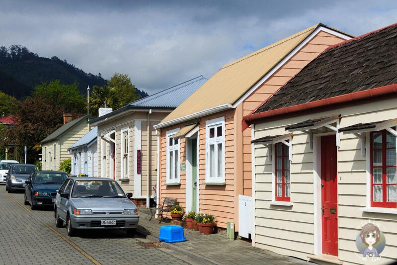 Historische Häuser in Nelson bei der Durchfahrt mit dem Camper