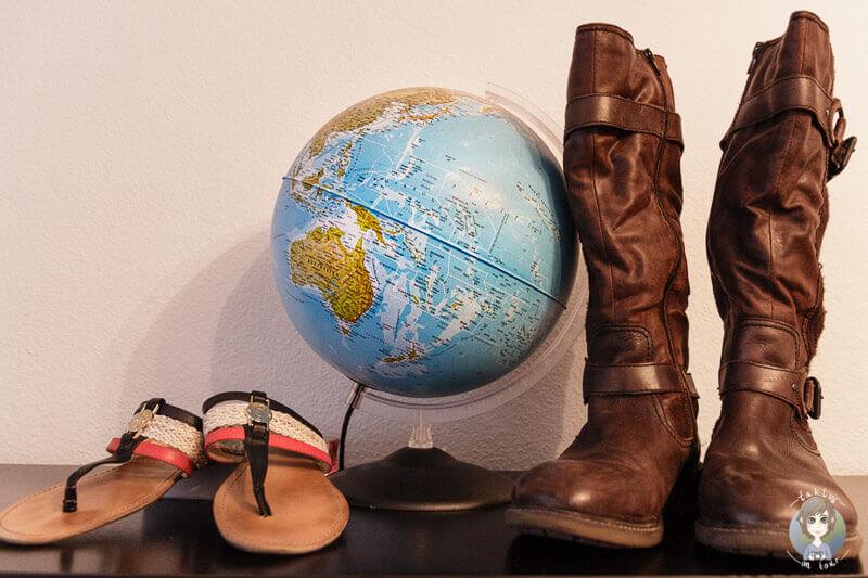 Flipflops, Stiefel und ein Globus