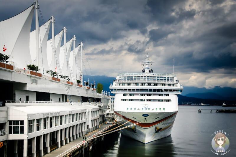 Ein grosses Schiff am Canada Place in Vancouver Sehenswuerdigkeiten die man nicht verpassen sollte