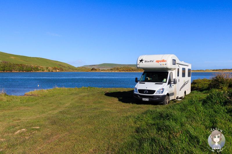 Ein Camper auf einer kleinen Halbinsel am Meer eines unserer Neuseeland Sehenswuerdigkeiten