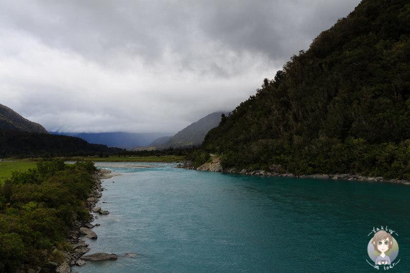 klares Gletscherwasser im Fluss an der West Coast, Neuseeland