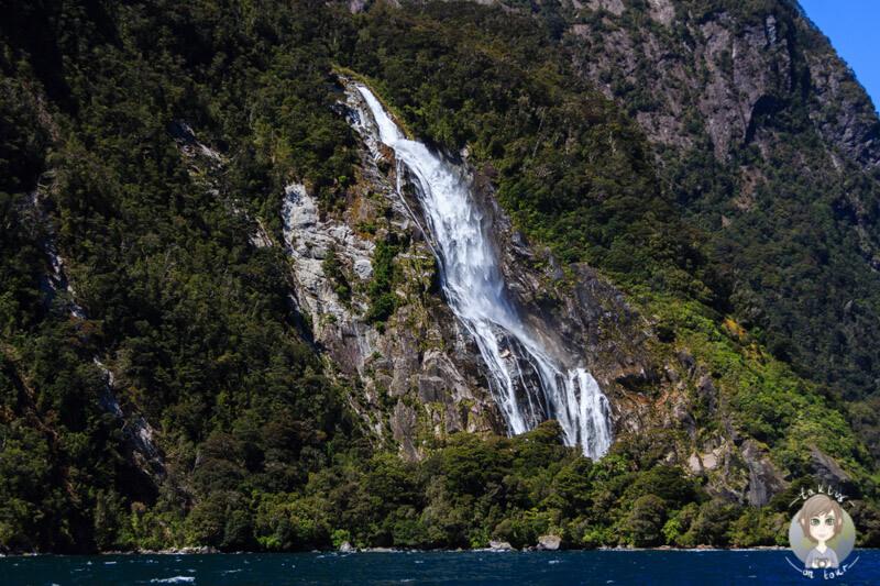 großer Wasserfall am Eingang des Milford Sounds