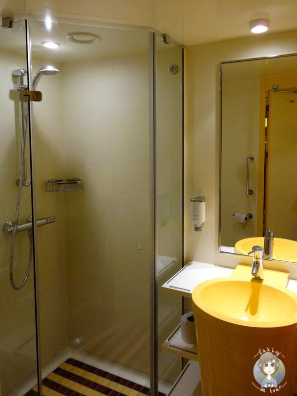 Das Badezimmer einer vierbett Kabine auf der AIDA