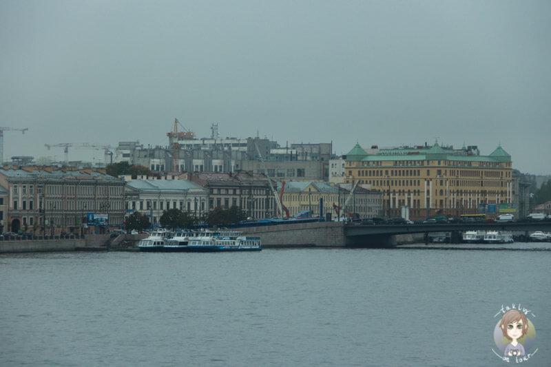 Der Neva und St. Petersburg im Nebel