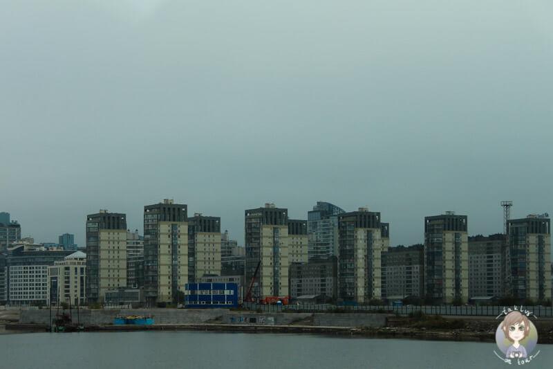 Die Aussicht vom Hafen in St. Petersburg